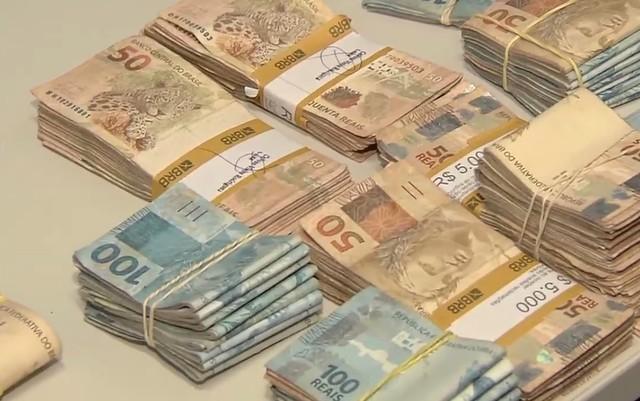 Polícia apreendeu R$ 150 mil com grupo suspeito de fraudar vestibulares de medicina, em Goiás (Foto: Reprodução/TV Anhanguera)