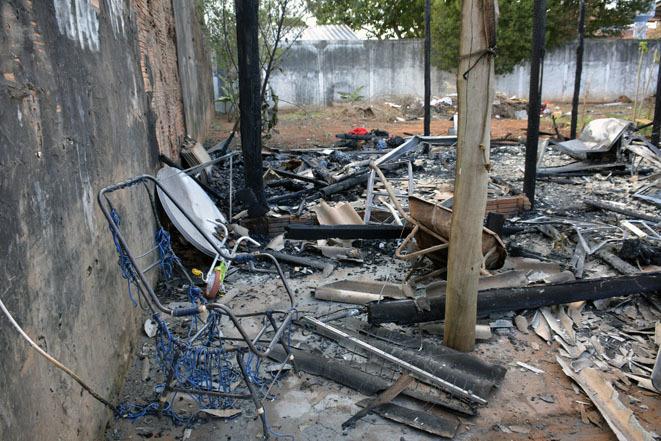 Casa foi totalmente destruída por incêndio - Foto: Paulo Ribas / Correio do Estado