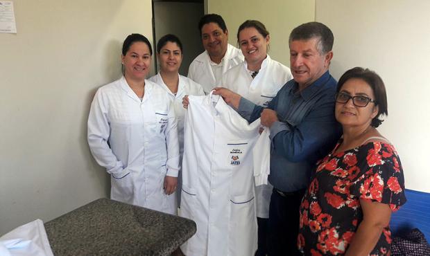 Prefeito e secretária entregam jalecos para profissionais do laboratório