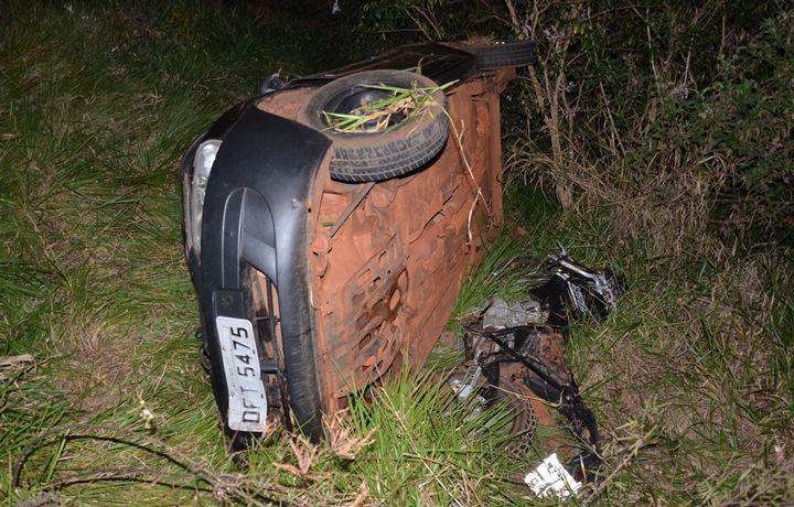 FOTOS: IVINOTÍCIAS - Moto ficou destruída e por baixo do Celta