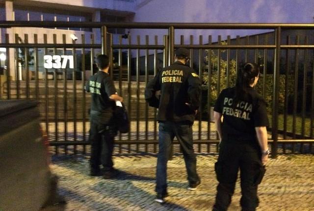 Polícia Federal entrou no prédio de Lélis Teixeira, na Lagoa, por volta das 6h30 (Foto: Cristina Boeckel/G1)