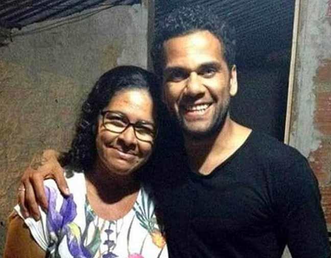 Daniel Alves com a tia Marlúcia, encontrada morta na comunidade do Salitre (Foto: Reprodução)