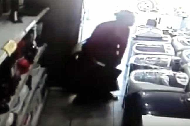 Mulher futa TV e esconde no meio das pernas (foto divulgação)