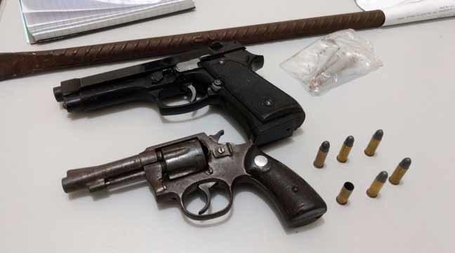 Revólver, simulacro e outros objetos foram encontrados no local - Foto: Osvaldo Duarte