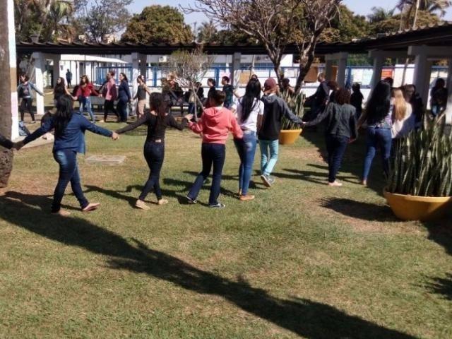 Acadêmicos estão acampados desde ontem no prédio da reitoria da UFGD (Foto: Direto das Ruas)