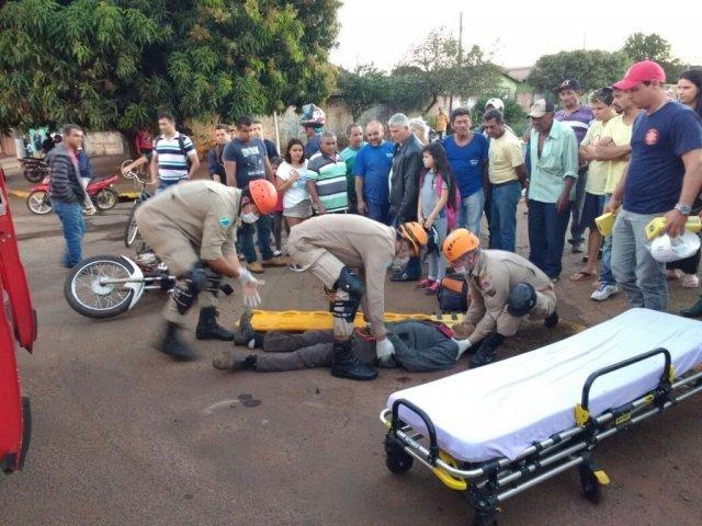 Bombeiros realizam atendimento de vítima logo após ser atingida pelo disparo, nesta tarde (Foto: Adilson Domingos)
