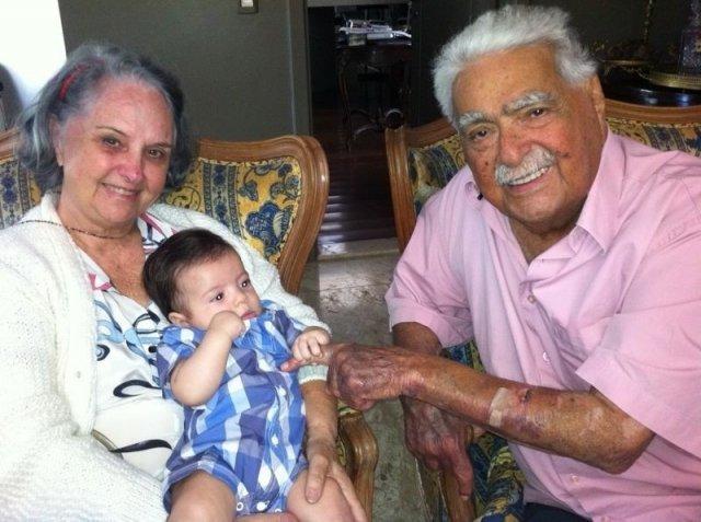 Na foto, Pedrossian ao lado da esposa Maria Aparecida e do bisneto João Pedro, comemora 85 anos. (Foto: Arquivo Pessoal)