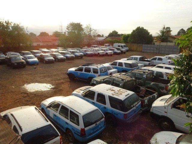 Veículos que vão a leilão estacionados em pátio. (Foto: Divulgação/Governo)