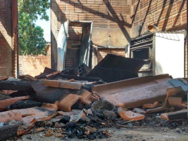 Incêndio atingiu todos os cômodos da casa. (Foto: Anahi Gurgel)