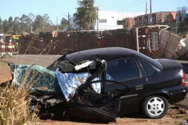 O caminhão tombou na pista e veículo ficou bastante danificado