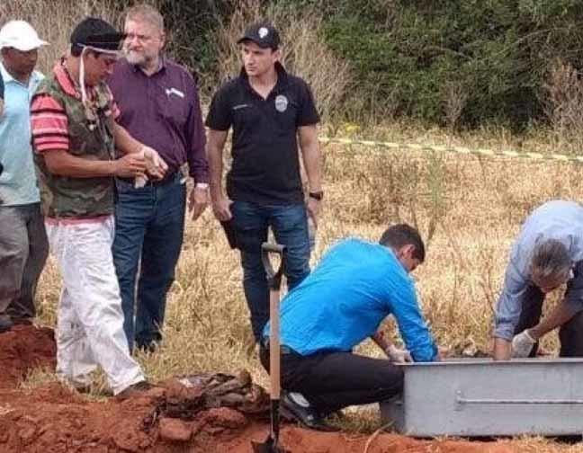 Polícia desenterra corpos de terreno em fazenda Foto: FOTO POPULAR