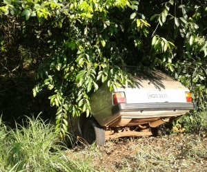 Carro abandonado chamou atenção dos moradores - Bruno Henrique/Correio do Estado