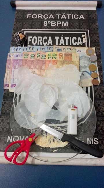 Policiais flagraram o suspeito remanufaturando uma pedra bruta de crack em trouxinhas para serem comercializadas - Foto: Nova News