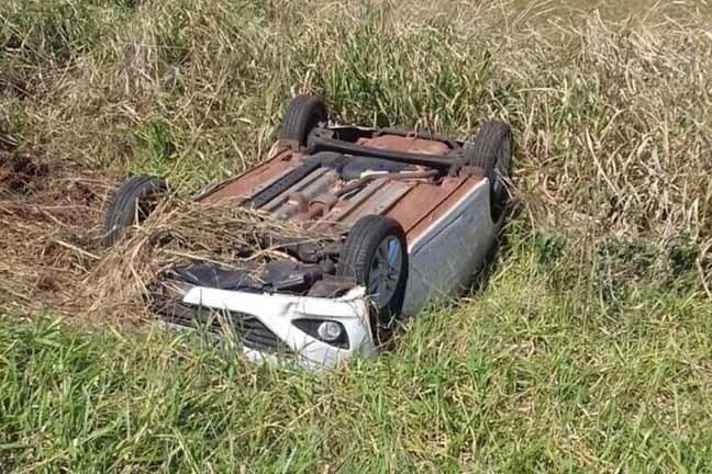 Condutora do Hyundai HB-20 perdeu o controle da direção e capotou o veículo em seguida - Foto: Nova News