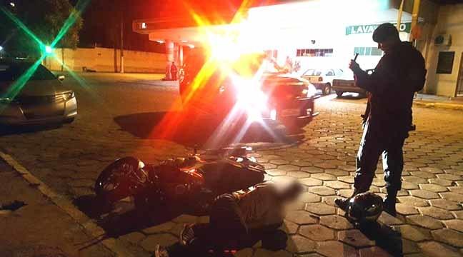 PM informou que motociclista de 20 anos sofreu acidente de trânsito enquanto tentava fugir de equipe da Força Tática