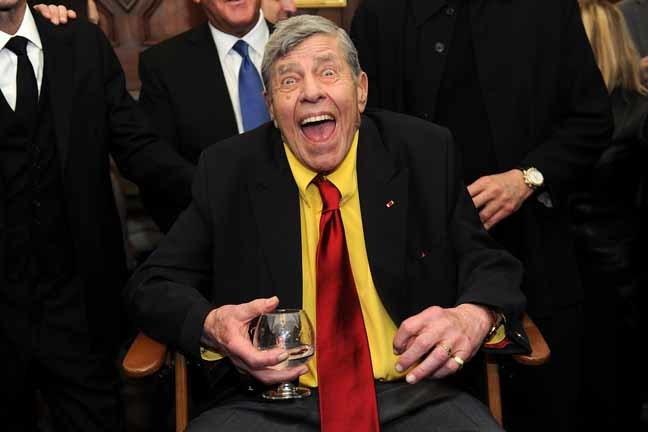 Jerry Lewis brinca com a imprensa pouco antes de sua festa de 90º aniversário  (Google)