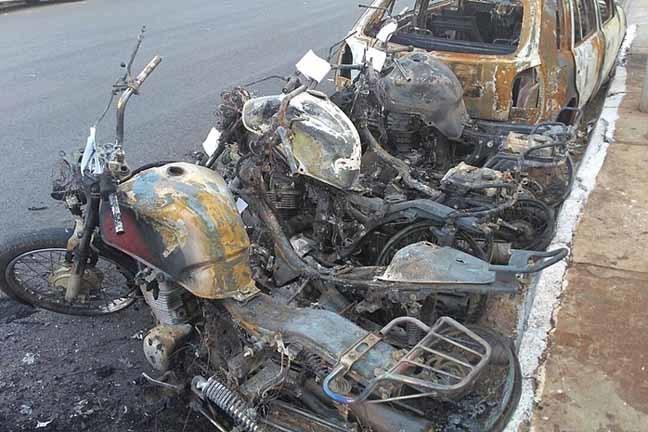 Veículos destruídos pelo fogo em frente de presídio em Campo Grande  Fotos: Osvaldo Nóbrega/TV Morena