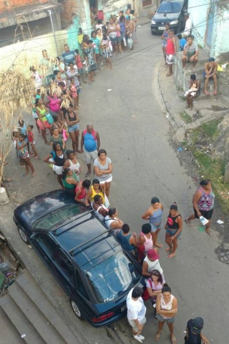 Fila de moradores para receber cestas básicas na Vila Cruzeiro Foto: Foto de leitor