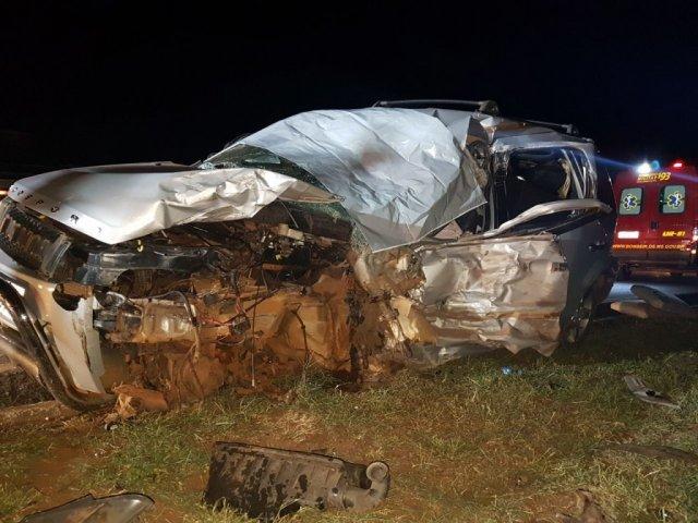 O motorista do carro de passeio, que ficou destruído, morreu no local (Foto: Mirian Machado)
