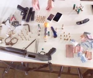 Armas, celulares, dinheiro e munições apreendidos com ladrões. - Foto: Divulgação
