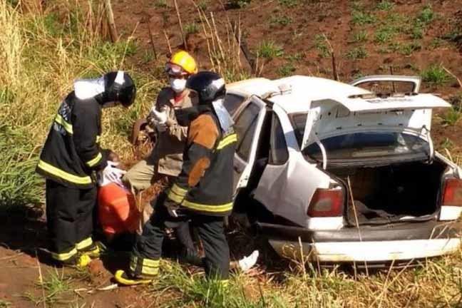 Fiat Tempra, com placas do Paraná, capotou a cerca de dois quilômetros de Batayporã - Maicon Douglas/Nova News