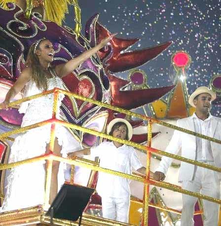 Ivete com o filho, Marcelo, e o marido, Daniel Cady, no desfile da Grande Rio Foto: Fabiano Rocha / Agência O Globo