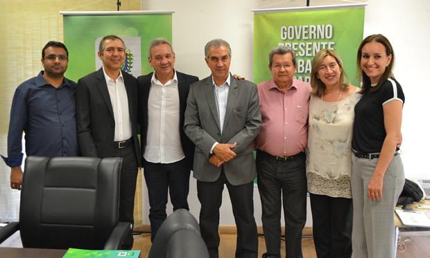 Onevan participa de assinatura de contratos para retomada de obras de habitação em Coxim e Naviraí