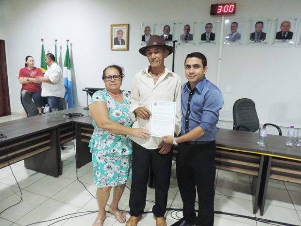 FOTO: Eliton Santos / Impacto News - Titulo sendo entregue pelo Vereador Juninho Lima