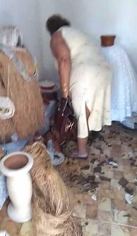Mãe de santo foi obrigada a destruir uimagens de um terreiro, em Nova Iguaçu Foto: Reprodução de vídeo