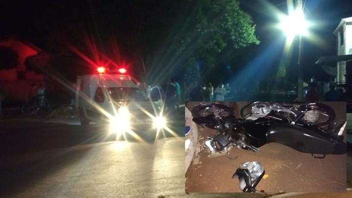 Momento em que os jovens eram socorridos. No detalhe a moto destruída. Fotos: Eliton Santos