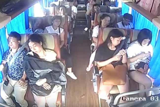 Acidente de ônibus na China: câmeras de segurança registram imagens impressionantes (CCTV/YouTube/Reprodução)