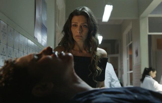 Joyce se desespera ao ver o filho (Foto: TV Globo)