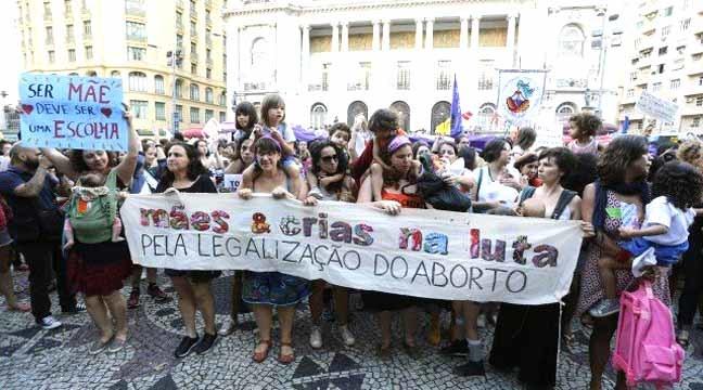 Mulheres fazem passeata contra PEC 181 Foto: Domingos Peixoto / Domingos Peixoto