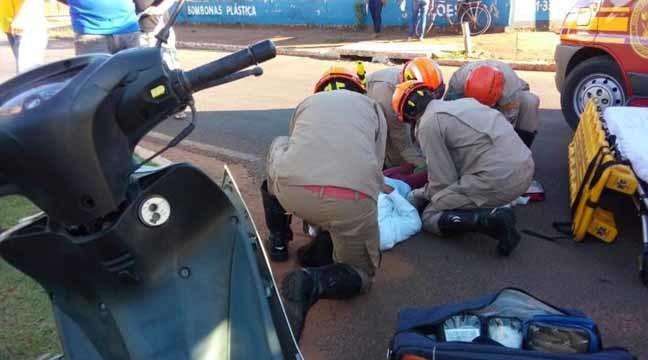 Motociclista residente em Batayporã sofreu ferimentos na perna direita e foi socorrida pelo Corpo de Bombeiros - Imagem: Márcio Rogério / Nova News