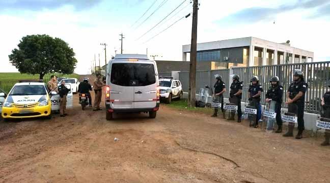 Policiais reforçam a segurança ao redor do local (Foto: Cícero Bittencourt/RPC)
