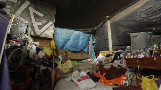 Sandra construiu casa sob viaduto Foto: Gabriel de Paiva / Agência O Globo
