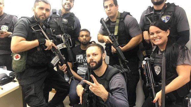 Os policiais com o traficante Rogério 157 Foto: WhatsApp / Reprodução