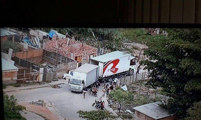 Momento em que o caminhão é descarregado dentro do Complexo da Pedreira - Reprodução TV Globo t
