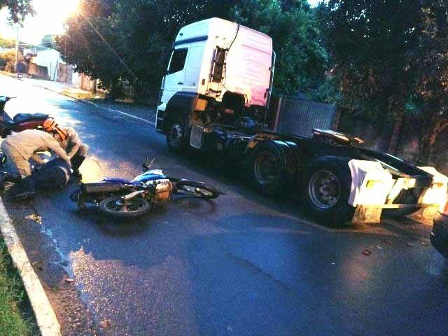 Motociclista sendo atendido pela equipe do Corpo de Bombeiros de Caarapó. Fotos: Divulgação