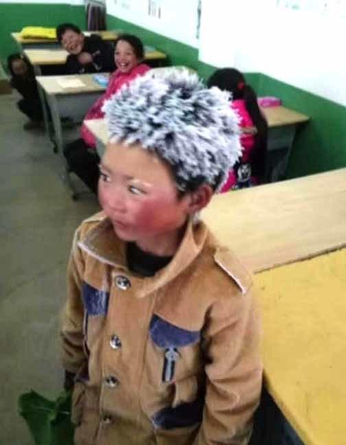 O garoto chinês Wang Fuman, de 8 anos, caminhou 1 hora e meia no frio de 9 graus negativos e chegou à escola com os cabelos congelados (Foto: Reprodução/TV Globo)