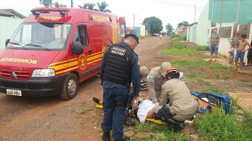 Bombeiros prestam atendimento a homem preso por moradoradores do Tijuca - Foto: Whatsapp/ Correio do Estado