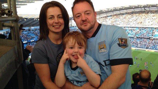 oanne Finch com seu filho, ao lado do pai do menino Foto: Reprodução/Faceboo